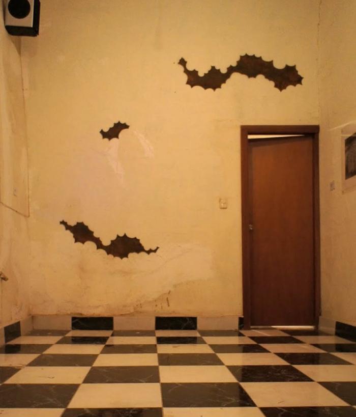 Haciendo nubes no se llega al cielo Placas de acero oxidado sobre pared Aprox. 50 x 300 cm 2011 [Créditos de la foto: Riorevuelto.net]