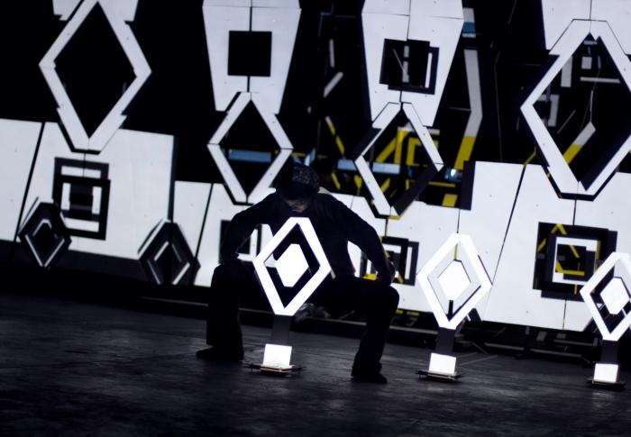 Contrabajo, Danza, escultura mapeada, música, visuales reactivos e interactividad Archivo Duración: 42min. Año: 2014 ENTROPÍA