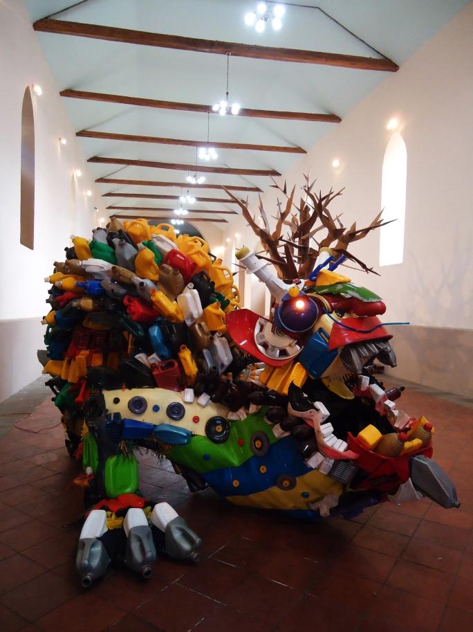 Título:  Leviatán Técnica: escultura monumental, ensamblaje de plástico reciclado. Medidas: 4m de largo, 3m de ancho, 2m de altura. Año: 2012