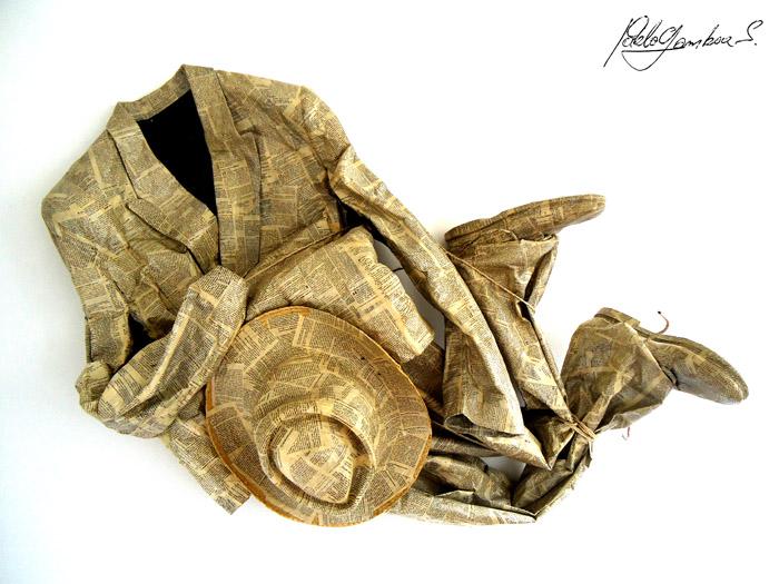 Título: Traje de Sastre Técnica: collage de hojas de biblia sobre traje de tela. Medidas: 140cm de largo, 60 cm de ancho, 30cm de profundidad. Año: 2010