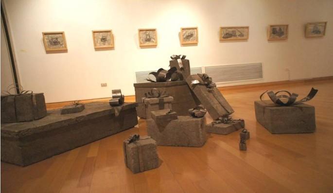 Desplasamiento, Instalación en concreto vaciado envuelto con lata y dibujos a grafitos, formato variable, 2012
