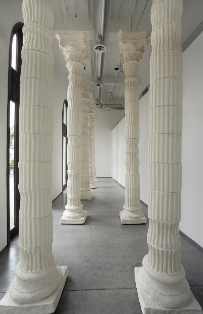 LA EDUCACIÓN DE LOS HIJOS DE CLOVIS Nueve columnas Corintias cubiertas de fondant pastelero Proyecto in-situ realizado para la Galería NoMíNIMO espacio cultural Dimensiones variables  2012