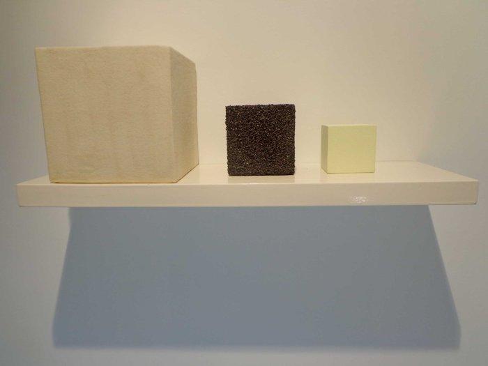 3.18 kilogramos 2013 Cubos realizados integro de ntrato de potacio,carbon activado, y azufre (componentes para la fabricación de pólvora) cubos de 25 X 25 cm3 12 X 12 cm3 9 X 9 cm3 Colección particular