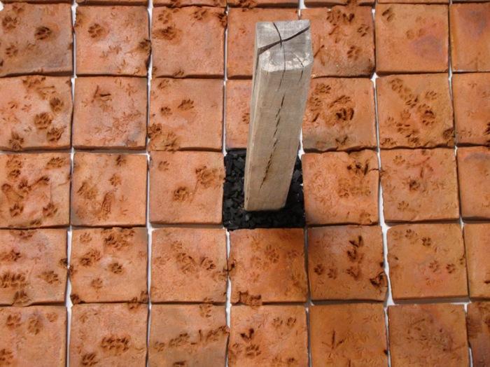 Peregrinaje Serie: fábulas de la vida ordinaria Lodo, madera, carbón, animales varios 230 x 230 cm. 2010