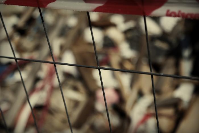 """Unpacking Landscapes _ Desarmando paisajes  """"Decolonizing architecture,"""" nombre tomado del homónimo proyecto del arquitecto italiano Alessandro Peti*, es una serie de fotografías obtenidas gracias a desplazamientos que desde el 2007 me han llevado desde la Cuenca Amazónica ecuatoriana y brasilera, a la ciudad de Manaos, al archipiélago Antártico, a la ciudad en ruinas de Aquila en Italia, hacia Hebron en Palestina. En todas estas latitudes la arquitectura constituye un gesto colonizador, un espacio de conflicto o una ausencia de gestión. Las imágenes son solo huellas de las paradojas de desarrollo, dominación o indiferencia, son meros detalles que de no ser acompañados por unas coordenadas y unas historias, serían ejercicios estéticos. Y es ahí que la geografía se hace esencial, la señalación del evento, la descripción / experiencia situacionista de la irrupción, del desalojo, de la guerra, del abuso, del allanamiento: la deriva."""