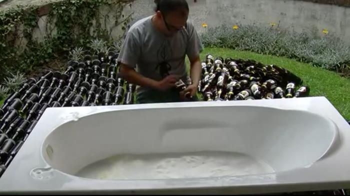 """""""Baño de ecuatorianidad""""  Cebada para hacer cerveza prácticamente no existe en Ecuador. En este país existieron varias fábricas de cerveza, embotelladoras de chicha y diversidad de licores que quedaron completamente en el olvido gracias al ejercicio monopólico que juega a ser la fuente de identidad nacional, nos dicen que hacer y cómo debemos ser para ser ecuatorianos ¿se entiende eso? Es como si existiera algo más allá del fútbol, ceviche, playa, panas, pasillos, día de la madre, y más etcéteras, bebíamos de todas las formas, olores, colores y sabores y bebíamos bien.Para este performance se utilizaron 24 jabas de cerveza y pasé sumergido en la tina de baño por 10 horas, desde la bañera preguntaba a los asistentes sobre identidad, publicidad y nación, pero yo estaba borracho y las entrevistas son horribles, ya enserio ¿cuál es la diferencia entre una bebida alcohólica y una bebida de moderación? ^_^ ¡BORRACHOS Y BORRACHAS DEL MUNDO UNÍOS!! Porque la identidad es HUMANA y solamente la alcanzamos cuando después de un traguito, nos conectamos con el orgullo de no ser nada carajo, Y QUÈEE!!! https://www.youtube.com/watch?v=ADWjLYrNP0g"""