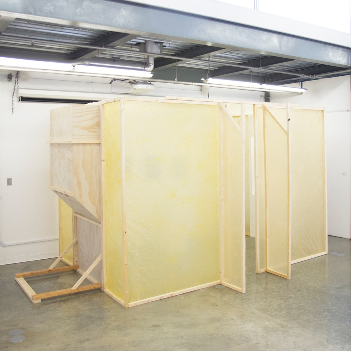Amber Archive, 2015. (Instalación: Estructura de Madera, Plástico Aislante teñido a mano.) 3,5 x 4,5 m aprox.