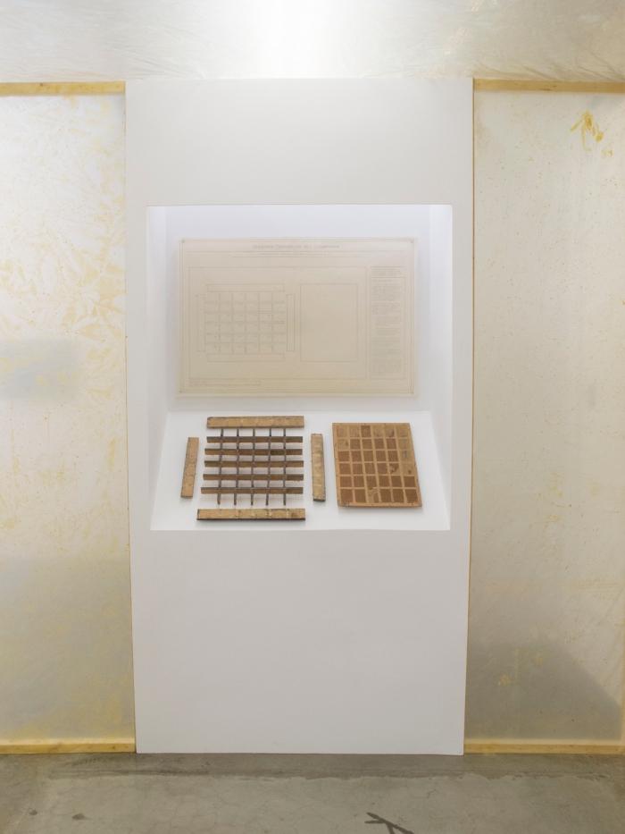 Amber Archive, 2015. (Instalación: Estructura de Madera, caja de madera desarmada, dibujo de diagrama hecho con grafito sobre papel Hadura.)