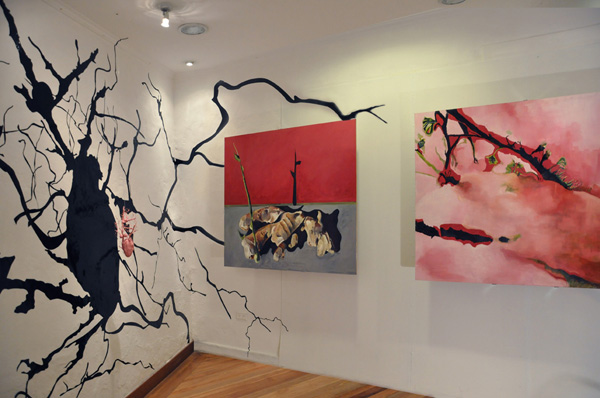 Papa Rosa, instalación, pintura sobre madera, vinilo, y objeto de resina, 2011