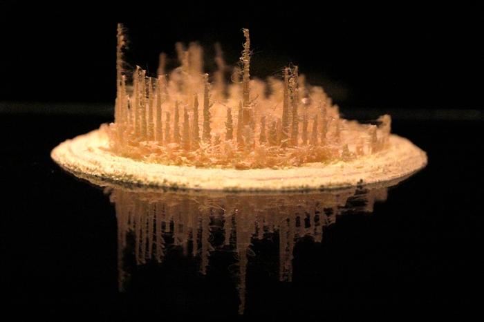 Título: Stornato Técnica: grabación del glaciar de un volcán activo convertida en una escultura de azufre y plástico Año: 2015 18 x 18 cm